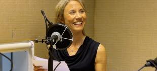 På bilden syns Kajsa Fisk bakom en mikrofon